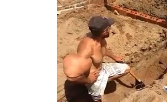 بالفيديو : عامل أسيوي يمتلك عضلات تشبه شخصية باباي الكارتونية