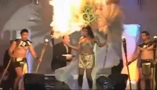 فيديو مروع: التهمت النيران رأسها أثناء عرض ترفيهي