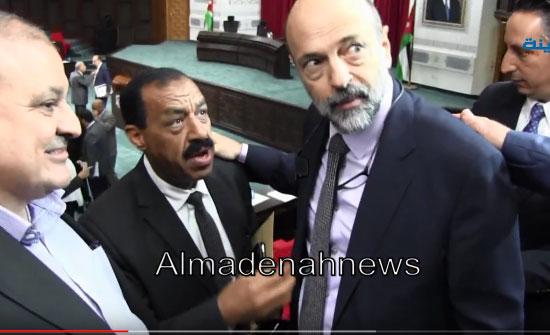 فيديو :  شاهد الرزاز يفشل وزير العدل ويسحب قانونا يجرد متهمي الارهاب من  حقوقهم