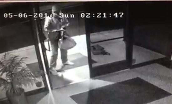 بالفيديو: حرامي يدخل في وصلة رقص بعد اقتحام مكتب وسرقة لاب توب