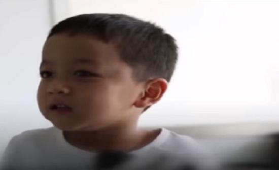 بالفيديو : رد فعل سريع لطفل شعر بهزة أرضية ينقذ حياته
