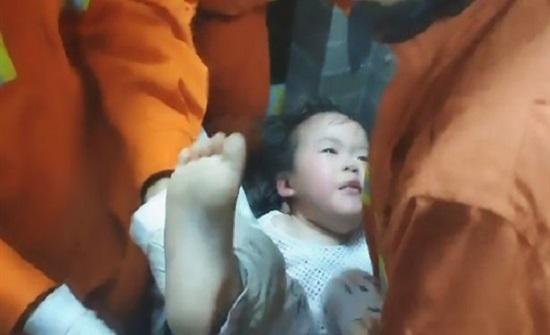 طفلة تحشر نفسها في غسالة الملابس لساعات (فيديو)