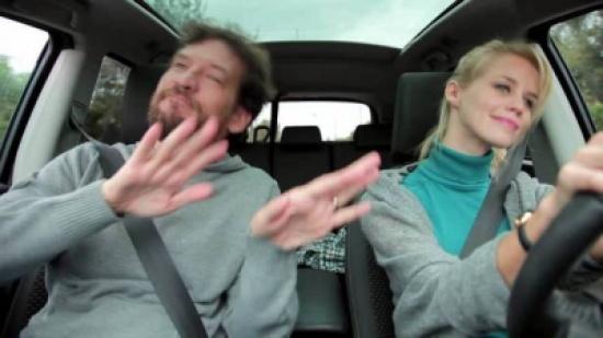 لماذا يرفض الزوج قيادة زوجته للسيارة وهو بجانبها؟!
