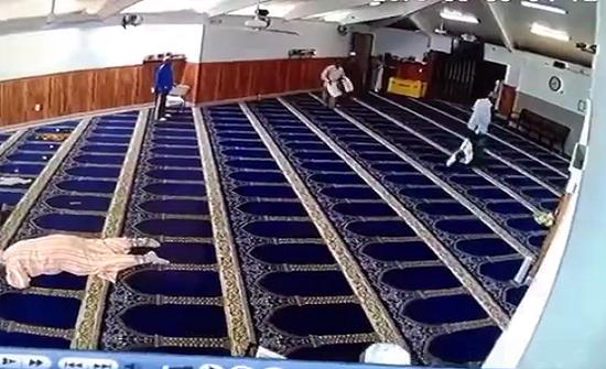 بالفيديو : مختل أندونيسي يهاجم المصلين داخل مسجد ويصيب أحدهم