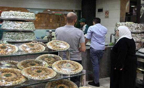 اجواء البهجة تعم نفوس المتسوقين وتملأ شوارع جبل الحسين