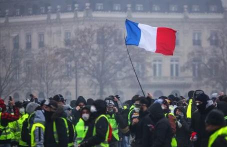 رئيس الوزراء الفرنسي يدعو للحوار عقب تجدد التظاهرات