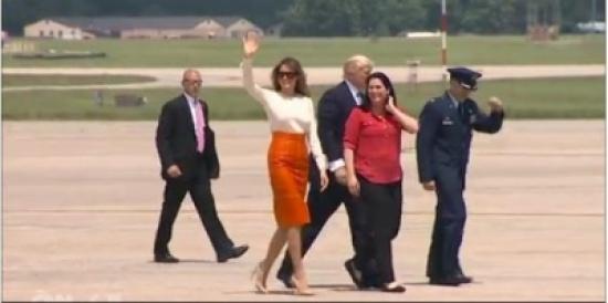 شاهد لحظة صعود الرئيس الأمريكي ترامب طائرته ترافقه زوجته متجهاً إلى السعودية