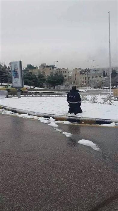 بالصور شرطي أردني يصلي الثلج 75ebac97c6205ddd3033f78d7b2e5786.jpg