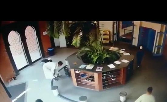 بالفيديو : كاميرا مراقبة ترصد لصين افريقيين أثناء سرقتهما أحذية المصلين