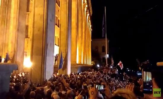 """بالفيديو : إصابة مراسل """"رابتلي"""" برصاصة مطاطية أثناء تغطيته الاحتجاجات في جورجيا"""