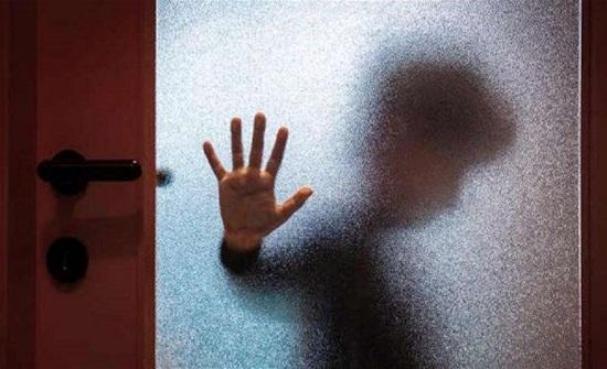 رجل عذّب قاصراً.. أجبره على لعق مقعد المرحاض لسبب لا يصدّق!