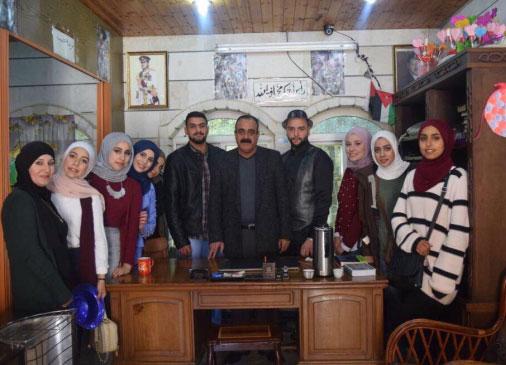 وفد من طلبة جامعة إربد الأهلية يزور دارة البر لكبار السن في إربد