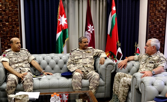 رئيس هيئة الأركان يلتقي وفدا عسكريا قطرياً