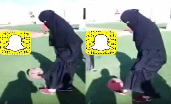 بالفيديو.. سعودية تستعرض مهاراتها الكروية بالعباءة فأبهرت الرجال