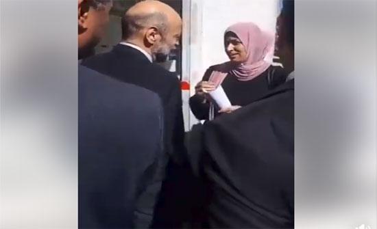 بالفيديو : الرزاز يعد مواطنة بمتابعة مشكلتها