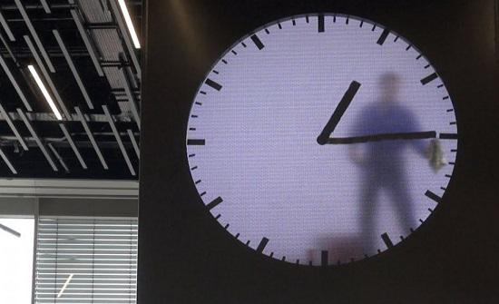 شاهد… اغرب ساعة في العالم هل يعمل حقا رجل داخلها؟