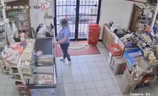 بالفيديو : محاولة فاشلة لامرأة وطفلتها للهروب من سطو مسلح