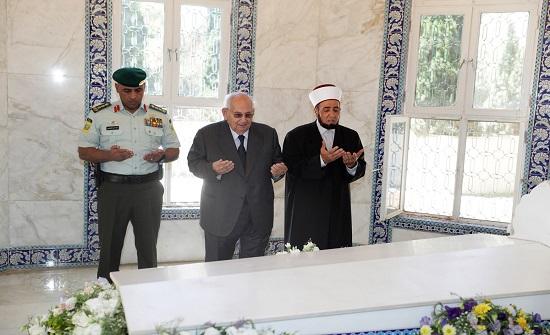نائب جلالة الملك يزور ضريح الملك طلال بن عبدالله