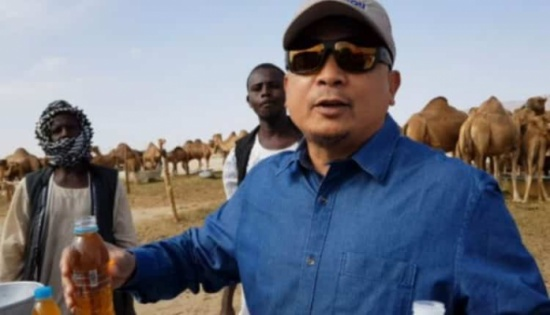 بالفيديو: سياسي إندونيسي يثير الجدل بتناوله بول الإبل مع الحليب في السعودية