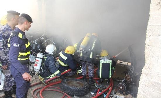 بالصور : اخماد حريق بمحلات قطع سيارات في ماركا