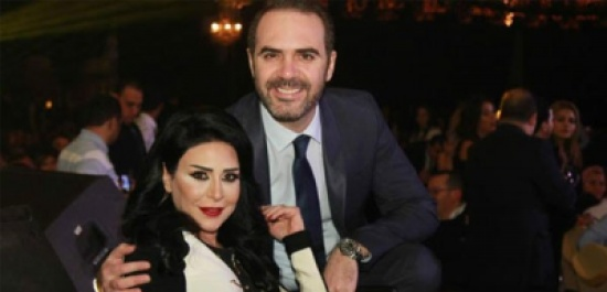 بالصور - وائل جسار يتلقى هدية خاصة من زوجته على المسرح