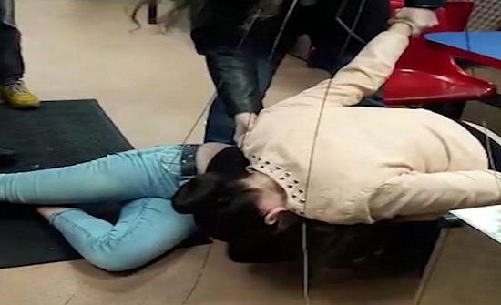 امرأة تقضم أذن صديقتها في محل كباب (فيديو وصور)