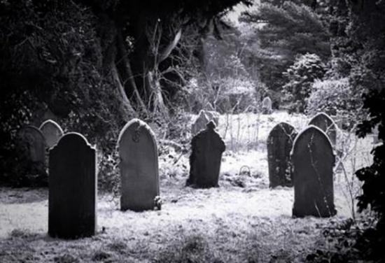 بالصور: ذهب لتشييع جاره فوجد مفاجأة داخل قبر عائلته !