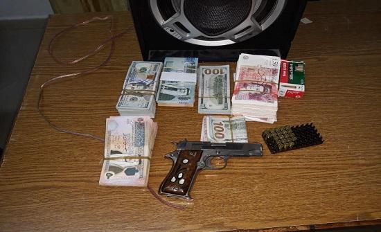 القبض على لص سرق ١٠٠ الف دينار من منزل في السلط