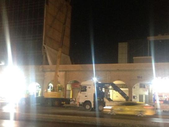 الامانة تزيل لافتات إعلانية مخالفة في شارعي وصفي التل والمدينة المنورة