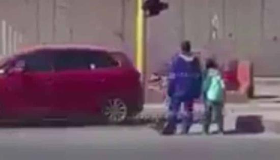 فيديو لعامل نظافة يساعد طالباً صغيراً لعبور أحد الشوارع