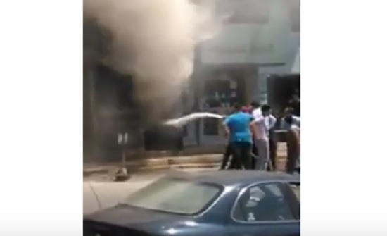 بالفيديو : رقيب سير يخمد حريق محل تجاري في السلط