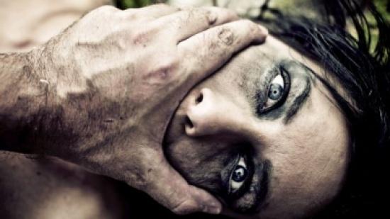 """طفلة اغتصبها جدها وخالها .. القضاء """"يخلي سبيلهما"""""""