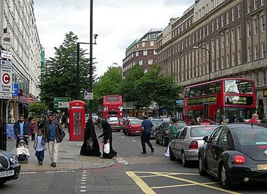 صور: رجل يحاول نزع حجاب امرأة مسلمة في لندن