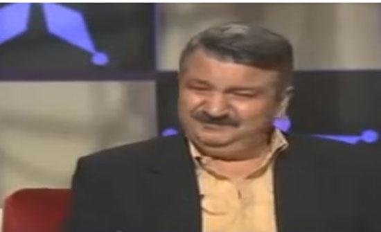 شاهد .. وفيق الزعيم ابوحاتم في باب الحارة يبكي وهو يسمع صوت ابنه في اخر لقاء بحياته