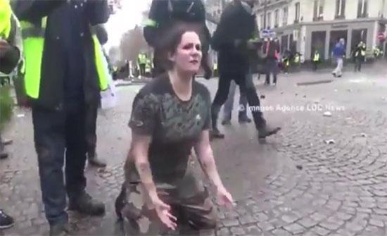 فيديو ..فرنسية راكعة أمام الشرطة: اقتلوني ولا تخربوا باريس!