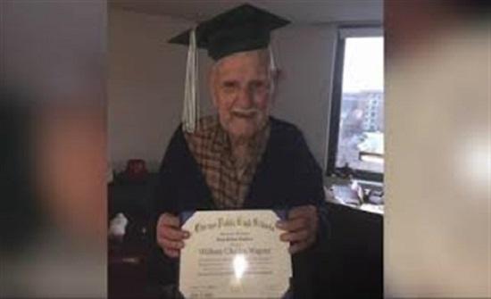 رجل شارك في الحرب العالمية الثانية يحصل على شهادة الثانوية (فيديو)