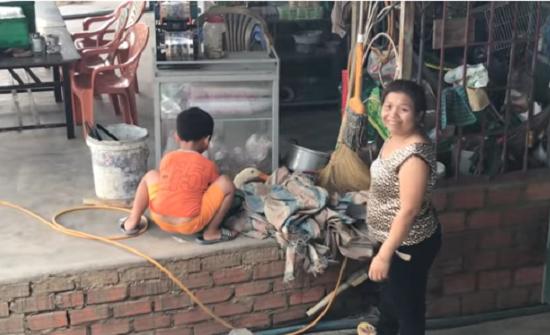 بالفيديو : مشهد مؤثر لطفل يحاول إنقاذ بطة من الذبح