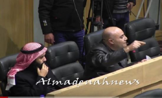 فيديو : الحباشنة يعتذر للخزاعلة عن سحب عقاله خلال مشاجرته مع الشوابكة