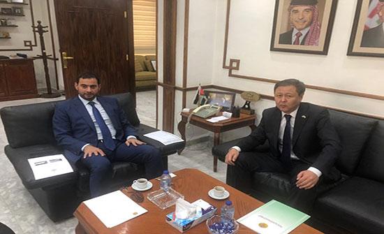 الحموري يبحث مع سفيري كازاخستان وجنوب افريقيا تعزيز التعاون