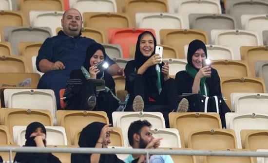 صور| للمرة الأولى المرأة السعودية تدخل استاد كرة القدم
