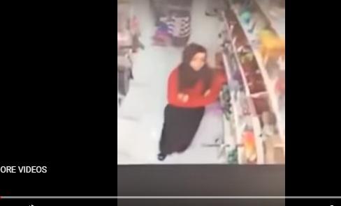 شاهد: ناشطون يتداولون الفيديو على انه بالزرقاء ... مصدر يوضح قصة هذه الفتاة
