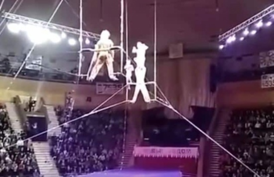 بالفيديو: خطأ بالأداء يتسبب في سقوط بهلوانية على رأسها من إرتفاع شاهق