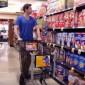 فيديو: شاب يثير حيرة المتسوقين داخل سوبر ماركت