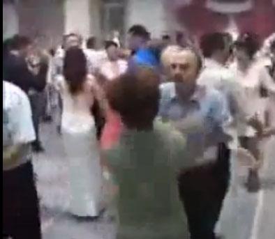 5e93a93f1 زوج يرقص مع زوجته ويضربها كفا - المدينة نيوز