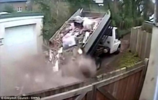 سقطت حمولة شاحنته.. فكان عقابه قاسياً!