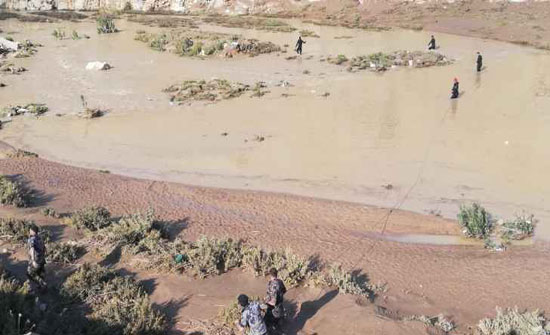 لجان شبابية بمعان تقدم المساعدات لمتضرري السيول
