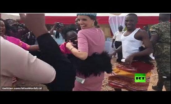 فيديو : ملكة جمال العالم تؤدي رقصة أمام الأوغنديين