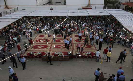 صورة : الامن يقيم حفل افطار 100 نزيل مع ذويهم في سواقة