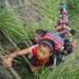 فيديو| طلاب صينيون يتسلقون منحدراً بطول 1400 متر للوصول الى مدرستهم!
