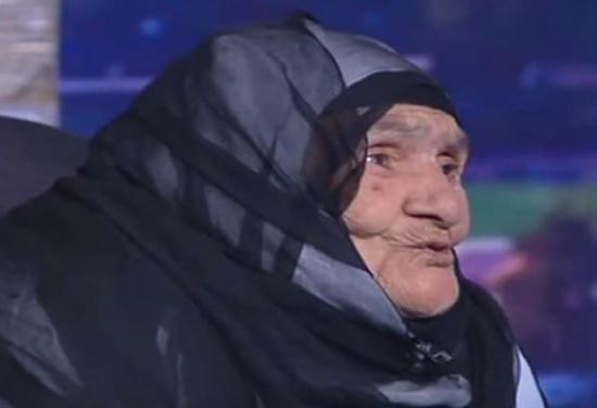 معمّرة مصرية تتبرع بـ'تحويشة عمرها' لمصر وتطلب لقاء السيسي